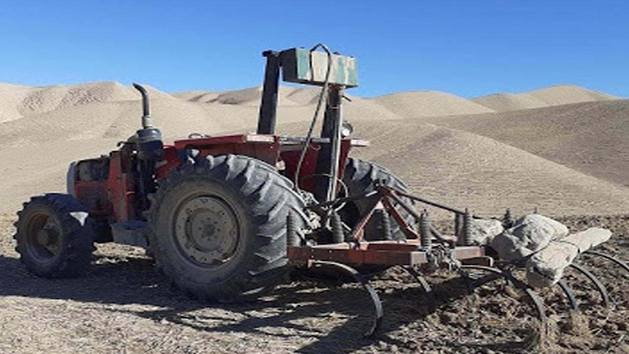 توقف یک دستگاه تراکتور غیر مجاز در اراضی ملی اقلید