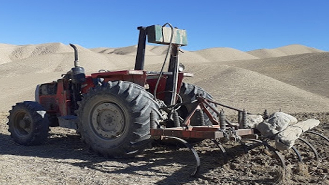 توقف دو دستگاه تراکتور غیر مجاز در اراضی ملی اقلید