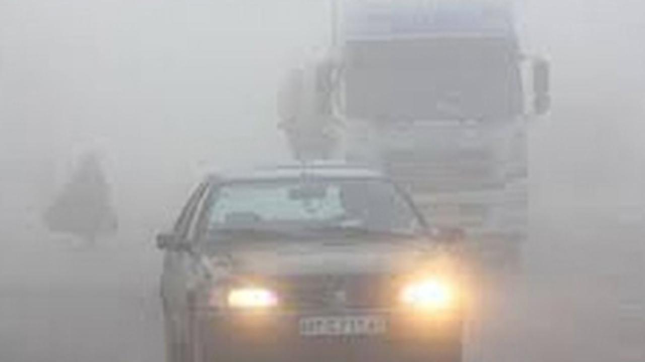 بارش برف و باران در برخی محورهای فارس/مهگرفتگی در محور جدید کازرون -دشت ارژن