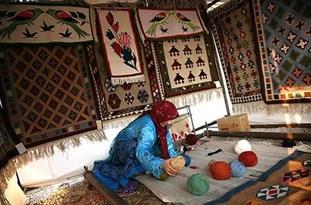 دستان هنرمند زنان اقلید در انتظار حمایت مسؤولان/ گبهبافی صنعتی که مغفول مانده